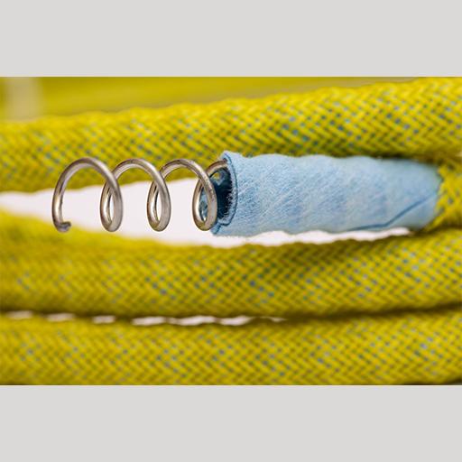 Furtunul de injecție ITS pentru rășinile injectabile. Structura este formată dintr-un fir spiralat de oțel care previne deformarea, o membrană de filtrare ne-țesută și o membrană de protecție la exterior